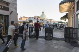 ++ Venezia, installati tornelli per deviare turisti ++